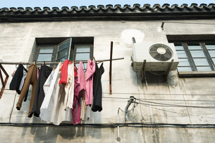 Laundry hanging out to dry below windowの写真素材 [FYI04319668]