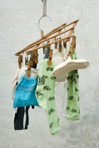 Laundry drying, hanging from small rackの写真素材 [FYI04319669]