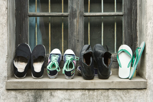 Shoes lined up on windowsillの写真素材 [FYI04319670]