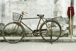 Bicycle and mopの写真素材 [FYI04319671]