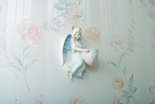 Angel knickknack hanging on wallの写真素材 [FYI04319689]