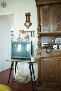 TV next to china cabinet in living roomの写真素材 [FYI04319691]