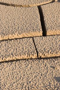 Cracked dry soil, full frameの写真素材 [FYI04319729]