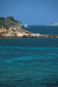 Sailboat sailing along coastの写真素材 [FYI04319776]