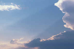 Skyscape with beams of sunlightの写真素材 [FYI04319786]