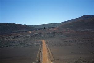 Dirt path through arid landscapeの写真素材 [FYI04319790]