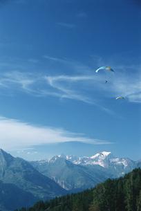 Paragliders in mountainous landscapeの写真素材 [FYI04319798]
