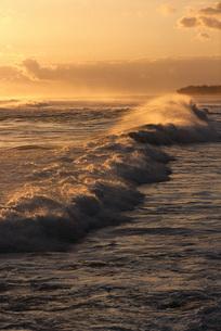 Rough waves at twilightの写真素材 [FYI04319801]