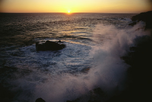 Waves crashing at sunsetの写真素材 [FYI04319809]