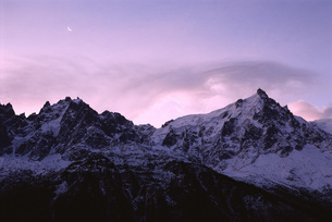 snow-covered mountains at twilightの写真素材 [FYI04319814]