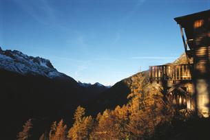 Wood cabin in mountainous settingの写真素材 [FYI04319848]