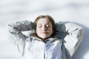 Girl lying on snowの写真素材 [FYI04319859]