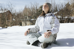 Girl sitting indian style on snowの写真素材 [FYI04319862]
