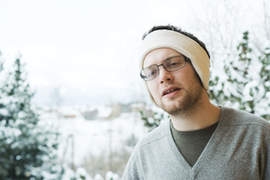 Man wearing warm headbandの写真素材 [FYI04319883]