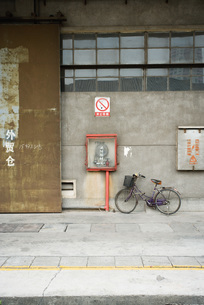 bicycle parked against wallの写真素材 [FYI04319910]