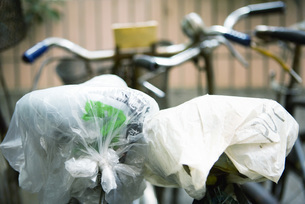 Bicycle seats covered with plastic bagsの写真素材 [FYI04319911]