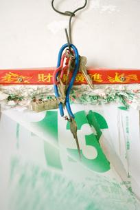 Keys hanging over number thirteenの写真素材 [FYI04319927]