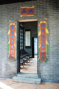 Banners around door at entranceの写真素材 [FYI04319939]