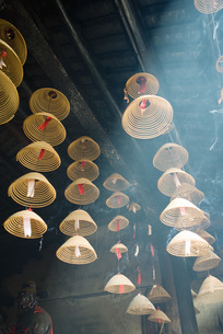 Incense hanging from ceilingの写真素材 [FYI04319954]