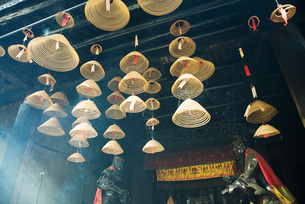 Incense hanging from ceilingの写真素材 [FYI04319956]