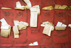 Fortune slips in Chinese templeの写真素材 [FYI04319959]