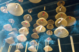 Incense hanging from ceilingの写真素材 [FYI04319960]