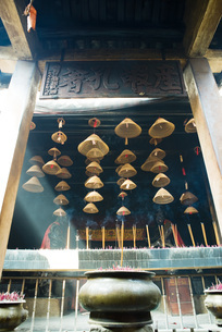 Incense burning in Chinese templeの写真素材 [FYI04319962]