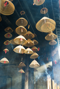 Incense hanging from ceilingの写真素材 [FYI04319963]