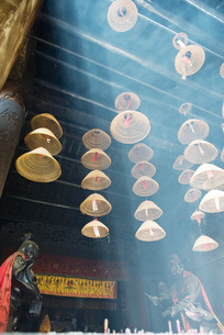 Incense hanging from ceilingの写真素材 [FYI04319964]