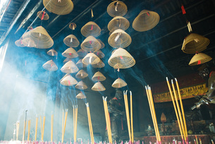 Incense burning in Chinese templeの写真素材 [FYI04319967]