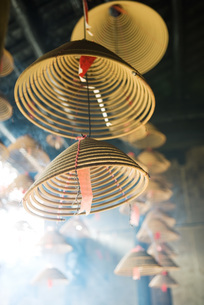 Incense burning in Chinese templeの写真素材 [FYI04319968]