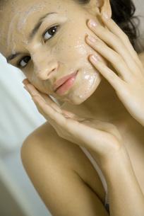 Woman applying facial maskの写真素材 [FYI04320034]