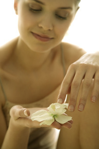 girl holding orchid flower in handの写真素材 [FYI04320036]