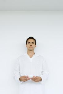 Man holding incenseの写真素材 [FYI04320098]