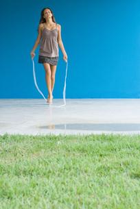 Teenage girl jumping ropeの写真素材 [FYI04320104]