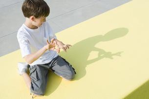Boy making shadow figures with handsの写真素材 [FYI04320106]
