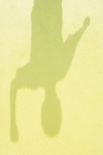 Child's shadow on the groundの写真素材 [FYI04320114]