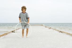 Boy playing with plastic hoopの写真素材 [FYI04320124]