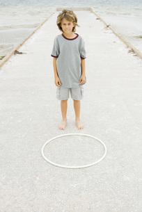 Boy standing in front of plastic hoopの写真素材 [FYI04320126]