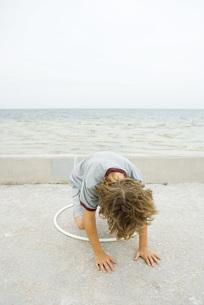 Boy playing with plastic hoopの写真素材 [FYI04320130]