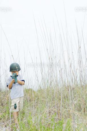 Boy pretending to be soldierの写真素材 [FYI04320158]