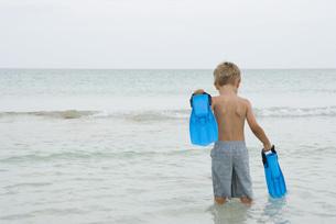 Boy carrying flippersの写真素材 [FYI04320183]