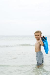 Boy carrying flippersの写真素材 [FYI04320188]