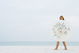 Woman walking behind parasolの写真素材 [FYI04320199]