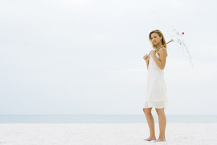 Woman holding parasolの写真素材 [FYI04320201]