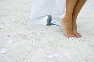 Woman standing on tiptoe in sandの写真素材 [FYI04320209]