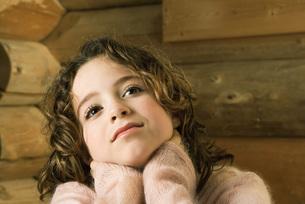 Girl with hands over neck, looking upの写真素材 [FYI04320233]