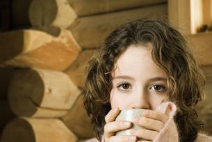 Girl drinking from mugの写真素材 [FYI04320237]