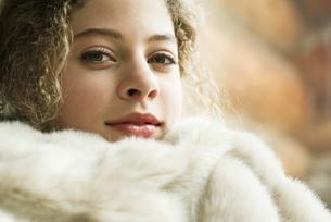 Girl under soft blanket at cameraの写真素材 [FYI04320244]