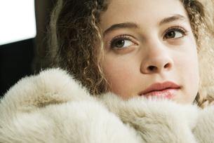 Teen girl under soft blanketの写真素材 [FYI04320245]